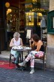 用早餐在街道的美丽的边路咖啡店 免版税图库摄影