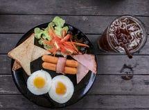 用早餐并且冰了在木桌,顶视图上的咖啡 免版税库存照片