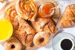 用早餐用另外法式酥皮点心、汁液和果酱 图库摄影