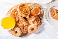 用早餐用另外法式酥皮点心、汁液和果酱 免版税库存照片