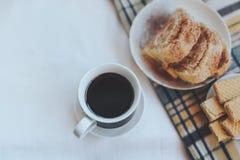 用早餐用咖啡、曲奇饼、奶蛋烘饼和格子花呢披肩 Instagram定了调子照片 名列前茅vi 免版税库存照片