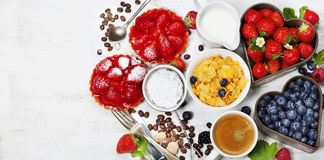 用早餐用咖啡、玉米片、牛奶、果子馅饼和莓果 库存图片