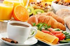 用早餐用咖啡,橙汁,新月形面包,鸡蛋,菜 图库摄影