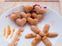 用早餐用在桌上的面包和心脏香肠 免版税库存照片