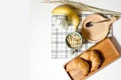 用早餐用新月形面包和Muesli和香蕉和新鲜的牛奶 免版税图库摄影