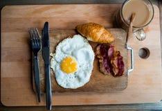 用早餐用新月形面包,烟肉,在wo的蛋克莱尔热的咖啡 库存图片