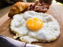 用早餐用新月形面包,烟肉,在wo的蛋克莱尔热的咖啡 免版税图库摄影
