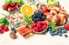 用早餐用新月形面包, muesli,新鲜的莓果 健康nutrit 库存照片