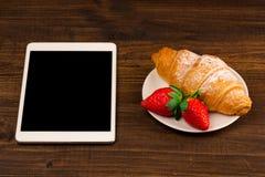用早餐用新鲜的新月形面包,在土气木背景的新鲜的草莓,顶视图 如果层单独需要的个人计算机压片他们您,箭头可能删除享用 图库摄影
