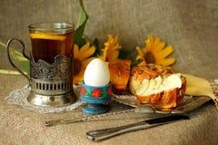 用早餐用松饼用黄油,鸡蛋,柠檬茶 免版税库存照片