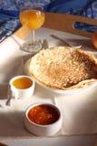 用早餐用稀薄的薄煎饼、自创果酱和橙汁 免版税库存图片