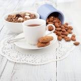 用早餐用自创曲奇饼、燕麦和杏仁与茶 免版税库存照片