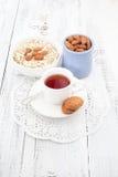 用早餐用自创曲奇饼、燕麦和杏仁与茶 免版税库存图片