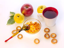 用早餐用苹果,百吉卷、茶和自创果酱,  免版税图库摄影