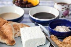 用早餐用茶,面包, dadel糖浆, tahini,希腊白软干酪, cre 免版税库存照片