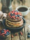用早餐用薄煎饼用森林莓果和蜂蜜,木背景 库存图片