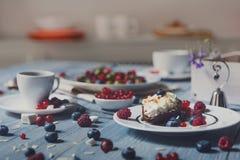 用早餐用被烘烤的豌豆和莓果在蓝色土气木头 免版税库存照片
