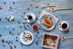 用早餐用被烘烤的豌豆和莓果在蓝色土气木头 库存图片