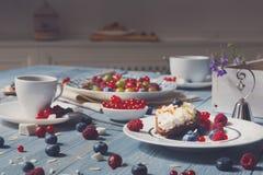 用早餐用被烘烤的豌豆和莓果在蓝色土气木头 免版税图库摄影