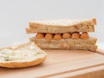 用早餐用面包和香肠在切板 免版税库存照片