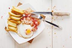 用早餐用鸡蛋、烟肉、炸薯条和咖啡顶视图 库存照片