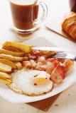 用早餐用鸡蛋、烟肉、炸薯条和咖啡 库存图片