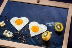 用早餐用鸡蛋,在黑板的橙汁 免版税图库摄影