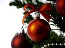 用星装饰的大圣诞树和美丽的红色球庆祝节日 图库摄影