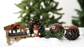 用星装饰的构成大圣诞树和美丽的红色球庆祝在白色背景的节日 免版税库存图片