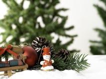 用星装饰的构成大圣诞树和美丽的红色球庆祝在白色背景的节日 库存图片