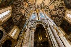 用晚哥特式绘画装饰的圆的教会的内部 库存照片