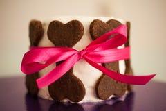 用曲奇饼骨头做的狗的生日蛋糕 免版税库存图片