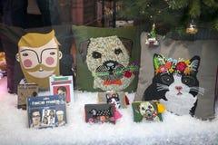 用有印刷品的滑稽的枕头装饰的圣诞节陈列室 库存照片