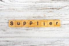 用木块概念做的供应商词 免版税库存照片