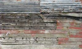 用木材、金属和布料做的脏的谷仓墙壁 免版税图库摄影