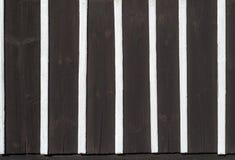 用木材建造建筑学墙壁细节纹理样式黑色白色木头的一半 免版税库存照片