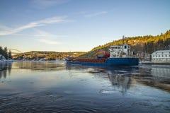 用木材装载的船 免版税库存照片