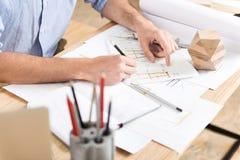 用木材建造创造制造的新的草稿工匠在工作场所 免版税图库摄影