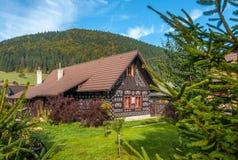 用木材建造的议院在村庄Cicmany 图库摄影