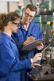 用机器制造工作的机械师二 免版税库存照片