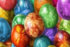 用杂草叶子版本记录装饰的束五颜六色的手画复活节彩蛋 免版税库存照片