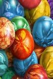 用杂草叶子版本记录装饰的束五颜六色的手画复活节彩蛋 图库摄影