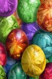 用杂草叶子版本记录装饰的束五颜六色的手画复活节彩蛋 免版税库存图片
