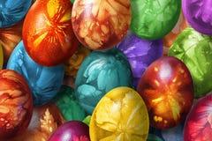 用杂草叶子版本记录装饰的束五颜六色的手画复活节彩蛋 库存图片