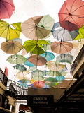 用柔和的淡色彩色的伞装饰的街道 在t的thamaharaj 免版税库存照片