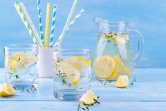 水用柠檬和麝香草 库存照片