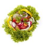 用查出的不同的蔬菜的新鲜的鲜美凉拌生菜 免版税库存图片