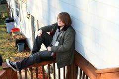 用栏杆围坐青少年 图库摄影