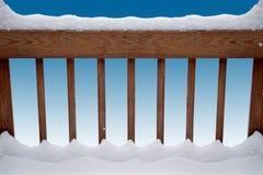 用栏杆围多雪 免版税库存照片