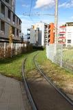 用栏杆围街道郊区电车轨道 免版税库存照片